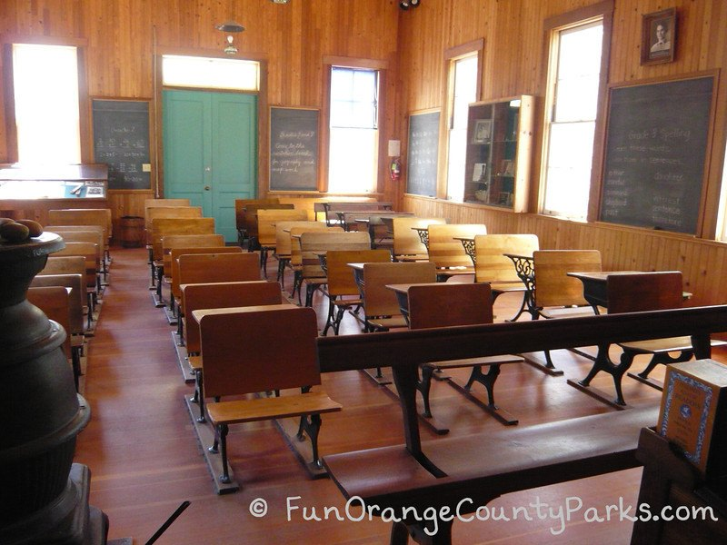 heritage hill historical park lake forest - schoolhouse